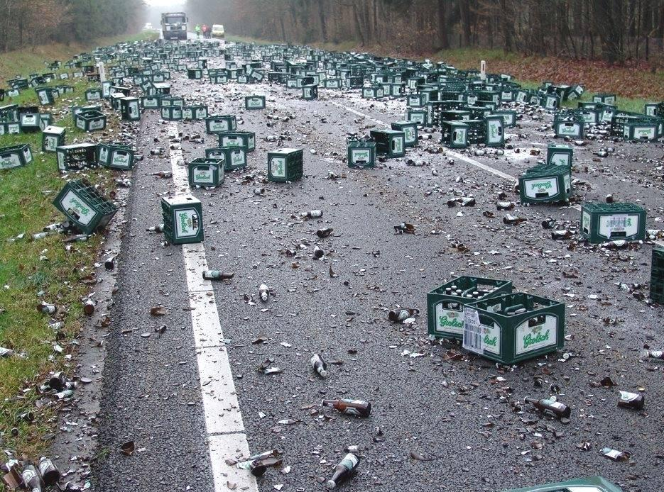 道端に散乱した空き瓶